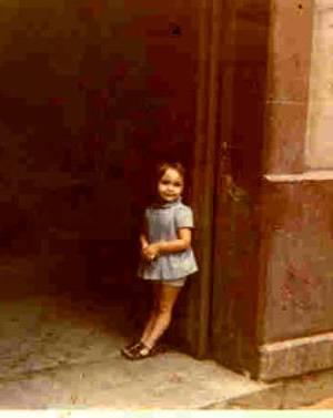 niñina en el portal número 13